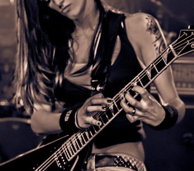 Conociendo a… Cynthia, guitarrista de 13 LEFT TO DIE